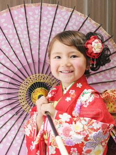 ピンクの傘を保持している小さな女の子の写真・画像素材[1686386]