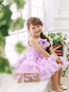 花を保持している小さな女の子の写真・画像素材[1686395]