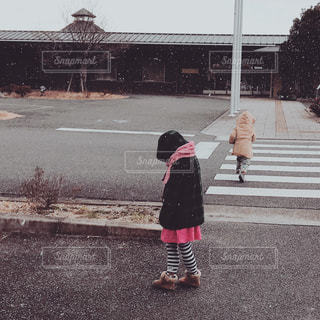 駐車場に立っている女の子の写真・画像素材[1732098]