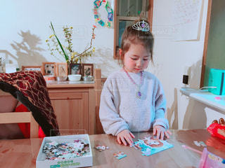 小さな女の子のテーブルに座っての写真・画像素材[1788462]