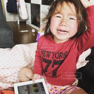 ベッドの上に座っている少女の写真・画像素材[1806556]