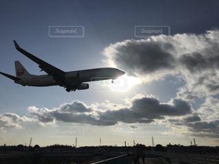 曇り空を飛ぶ大型旅客機の写真・画像素材[1860841]