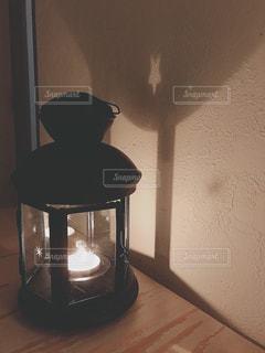 テーブルに座ってランプの写真・画像素材[1875523]
