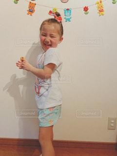 部屋に立っている小さな男の子の写真・画像素材[2107994]