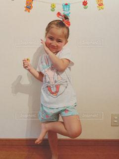 赤ん坊を抱いている小さな女の子の写真・画像素材[2107997]