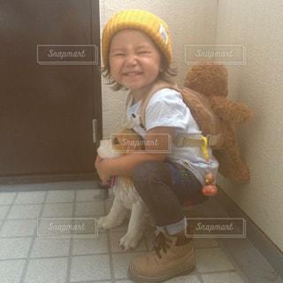 床に座っている小さな女の子の写真・画像素材[2115755]