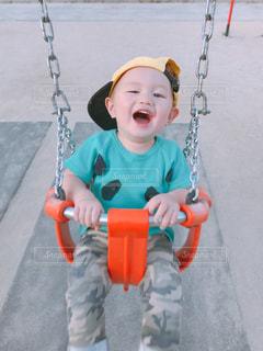 小さな男の子がブランコにいるの写真・画像素材[2115760]