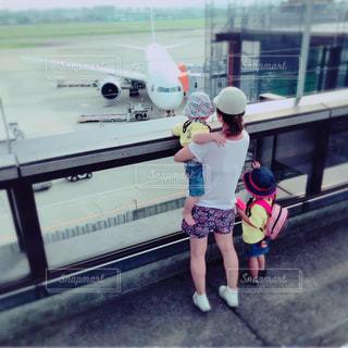家族,後ろ姿,飛行機,子供,女の子,少女,人物,背中,人,空港,男の子,後ろ,飛行場