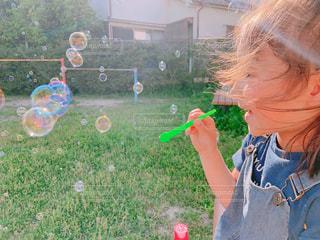 草の上に立っている小さな男の子の写真・画像素材[2262285]
