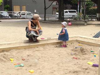 浜辺に飛び乗る小さな女の子の写真・画像素材[2369446]