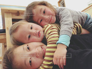 ベッドに横たわる赤ん坊の写真・画像素材[2370782]