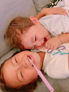 ベッドに横たわる赤ん坊の写真・画像素材[2442033]