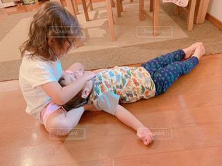 テーブルの上に座っている小さな子供の写真・画像素材[2442039]