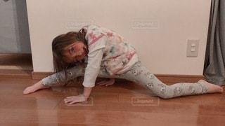 ベッドに横たわる小さな女の子の写真・画像素材[3328886]