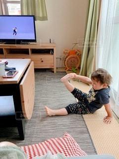 テレビの前のテーブルに座っている少年の写真・画像素材[3328890]