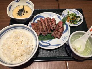 テーブルの上に食べ物のプレートの写真・画像素材[739262]