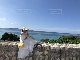 岩の上に立っている男の写真・画像素材[2328409]