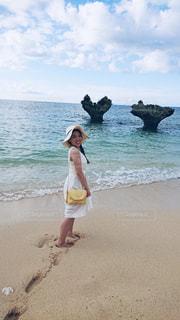 浜辺に立つ女性の写真・画像素材[2328425]