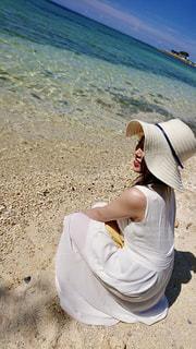 砂浜に座っている人の写真・画像素材[2328436]
