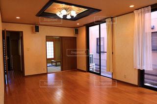 堅い木製の床の上に薄型テレビ リビングの写真・画像素材[1035473]