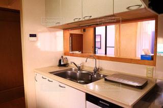 シンク、電子レンジ、コンロ付きのキッチンの写真・画像素材[1035475]