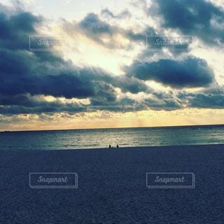 水体の空に雲の写真・画像素材[1035497]