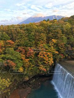水の体の上の大きな滝の写真・画像素材[844203]