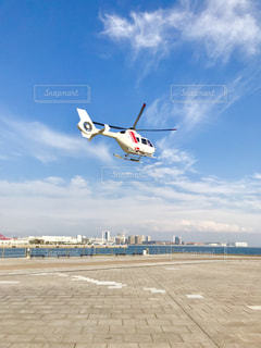ヘリコプターの離陸シーンの写真・画像素材[2083923]