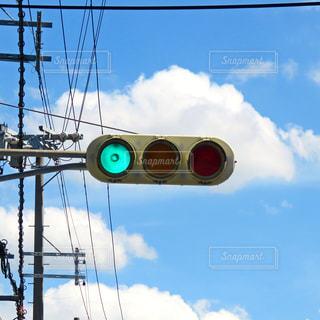 雲と信号機の写真・画像素材[2417686]