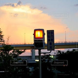 夕焼けと信号機の写真・画像素材[2424400]