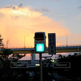 夕焼けと信号機の写真・画像素材[2424402]