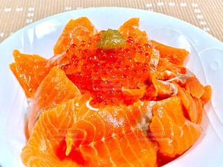 サーモンイクラ丼の写真・画像素材[3760011]