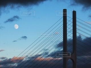 斜張橋と月の写真・画像素材[4824858]