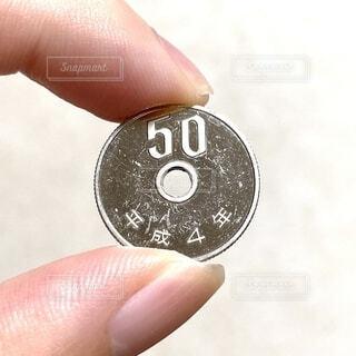 ピカピカの50円玉の写真・画像素材[4909961]