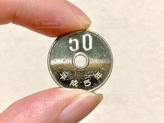 ピカピカの50円玉の写真・画像素材[4909975]