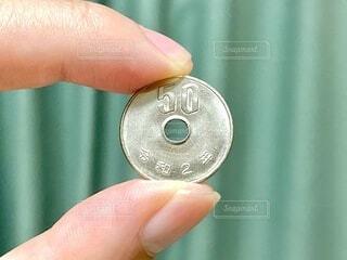令和2年の50円硬貨の写真・画像素材[4931246]