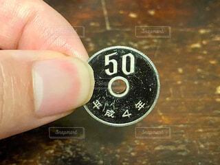 ピカピカの50円玉の写真・画像素材[4931489]