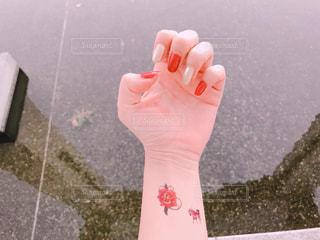 黒傘を持つ手の写真・画像素材[893585]