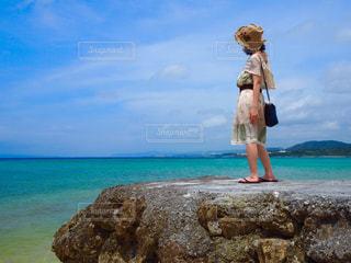 夏の海とワンピースの写真・画像素材[2379076]