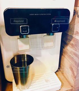 お湯とお水混ぜてお好きな温度で美味しい水!の写真・画像素材[906845]