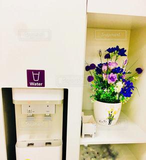 ウォーターサーバーとお花の図。の写真・画像素材[909019]