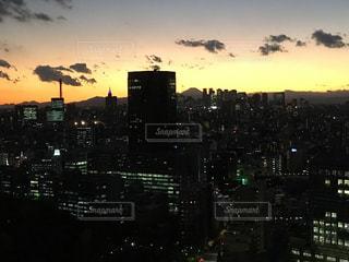夕暮れ時の都市の景色の写真・画像素材[916175]