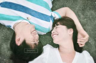 寝転んで見つめるカップルの写真・画像素材[685970]