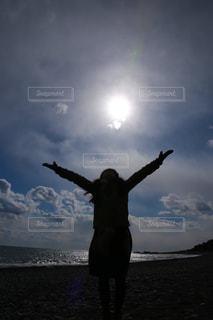 女性,空,屋外,雲,女,逆光,元気,休日,女の人,くもり,日中,手を広げる