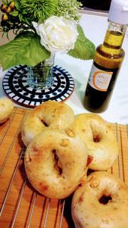 テーブルの上に食べ物の写真・画像素材[1150274]