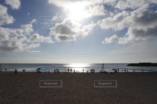 砂浜の上に立つ人々 のグループの写真・画像素材[1449516]