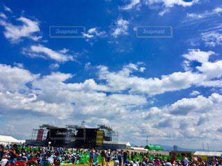 晴れた日に凧の飛行の人々 の群衆の写真・画像素材[717983]