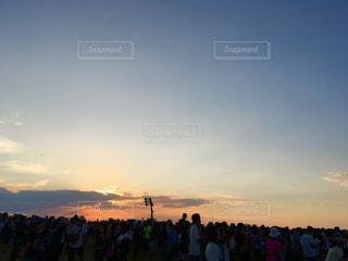 日没の前に立っている人々 のグループの写真・画像素材[717988]