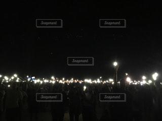 夜の大観衆の前で立っている人のグループ - No.717991