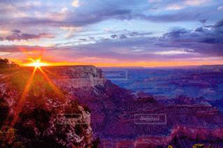 背景の夕日と峡谷の写真・画像素材[791143]